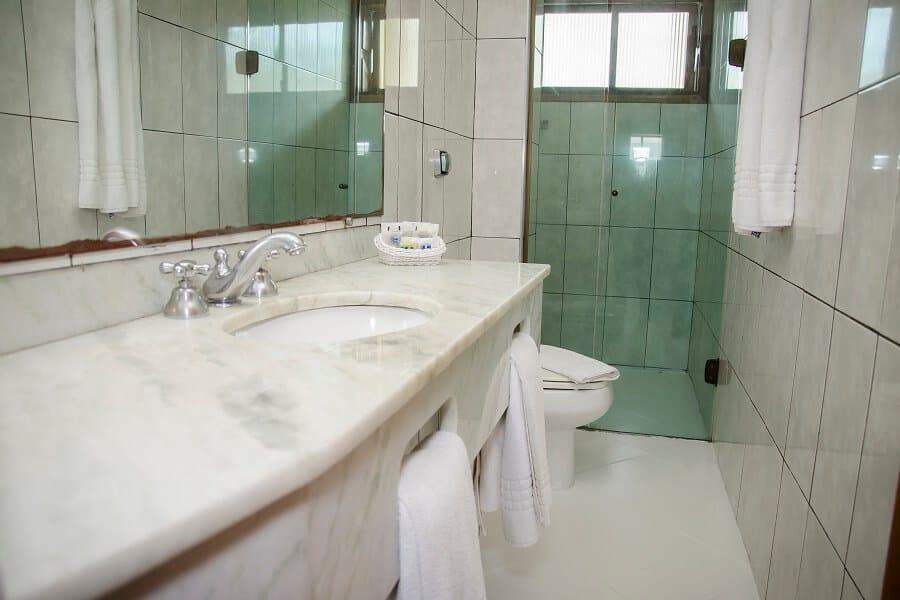 Banheiro Suite Conforto com Varanda Strand Hotel